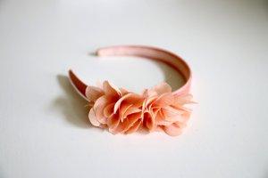 Haarreif mit zarter Stoffblüte lachs rosa orange aprikose