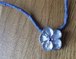 Halskette mit fein gearbeiteter Blüte + rosa-lilanem Schmuckstein und Stoffband