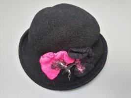 Handgefertigter Wollhut in schwarz mit pink