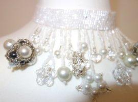 Handgefertigtes, weißes Collier, Kunsthandwerk, mit Glasperlen, Kropfband, nie getragen