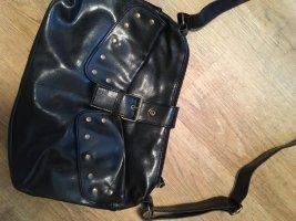 Handtasche mit goldfarbenen Nieten