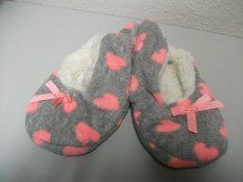 Hausschuhe / Bettschuhe, Gr. 35 - 38, grau mit rosa Herzen, super weich - NEU