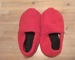 Hausschuhe mit Traubenkernkissen in rot schwarz Größe 36-38