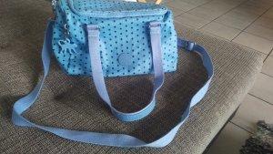 Hellblaue Handtasche von Kipling mit schwarzen Punkten