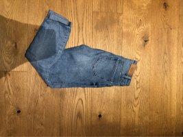 Hellblaue- Jeans mit Loch