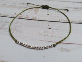 Hellgrünes Armband mit silberfarbenen Perlen NEU