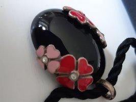 hübscher ovaler Anhänger in schwarz mit Blumen (rose/pink) mit Kordel