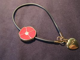 hübsches Leder-Armband mit Glücks-Symbolen als Anhänger