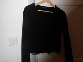 Jacke in schwarz und weiß, gebunden durch ein Knopf in der Mitte