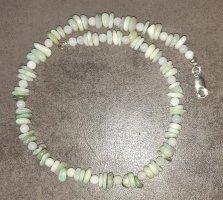 Collier de perles gris vert