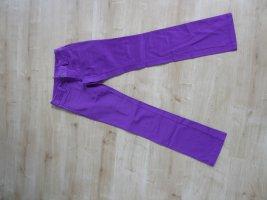 Jeans in einem leuchtenden lila