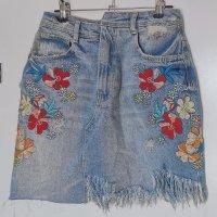 Jeans-Minirock mit Rissen und Blumen Sticken