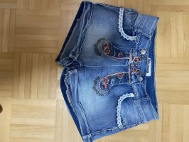 Jeansshort in Trachtenoptik