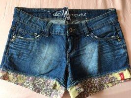 Jeansshorts mit Blumen