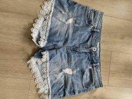 Jeansshorts mit Spitzendetails, selten getragen