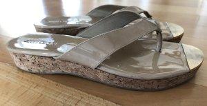 Jimmy Choo Designer Sandalen / Zehentrenner / Plateau-Sandale Modern, Schick, hochwertig, Gold, Beige Leder & Korkboden, Made in Spain, NP 245€