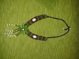 Collana di perle verde-marrone