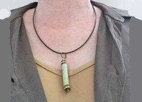 Kette: grüner Stab an grünem Lederband