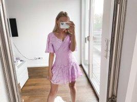 Kleid mit V-Ausschnitt und Spitze