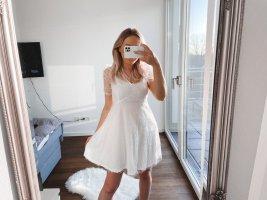 Kleid mit V-Kragen, Puffärmeln, Stickereien und Netzstoff