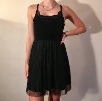 kleines schwarzes Kleid mit Plisserock