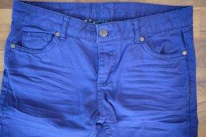 Knallig blaue Hose