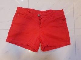 knallrote Shorts