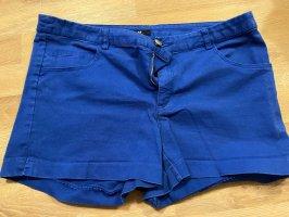 Kurze blaue Hose