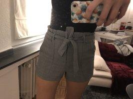 Kurze graue Shorts