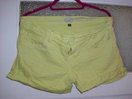 kurze Jeans in gelb