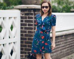 Kurzes Wickelkleid mit Blumenmuster in petrol/ blau Mohnblumen + Volants