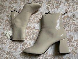 Lack Ankle Boots mit Blockabsatz