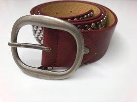 Ledergürtel in rot mit Nieten