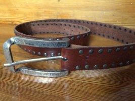 Ledergürtel mit Metallschnalle und silbernen Nieten
