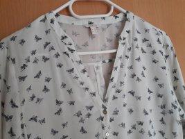 leichte Bluse mit dunkelblauen Schmetterlingen