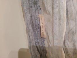 Leichter Schal in Knitter-Optik mit Farbverlauf grau-weiß