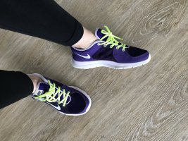 lila Nike Turnschuhe