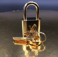 Louis Vuitton Llavero color oro metal