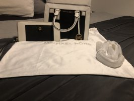 Michal Kors Handtasche einmal in Gebrauch gewesen. Habe sie zum Geburtstag bekommen doch leider für mich viel zu klein.