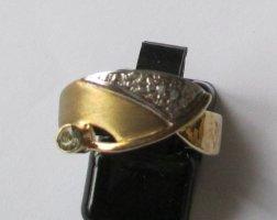 Moderner Goldring in 333er Gelbgold mit kleinem Blautopas
