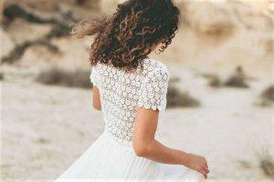Nagelneues, ungetragenes Light and Lace Zweiteiler-Brautkleid (mit Etikett) von Feinstens