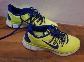 Neongelbe Nike Schuhe