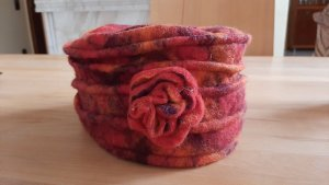 Cappello di lana arancione scuro-rosso scuro