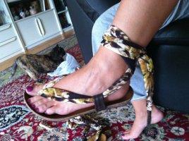 NEU! Interessante Zehentrenner-Sandalen ( zum Binden) mit Ledersohle