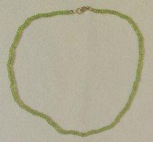Neue, sehr schöne Halskette mit hellgrünen Steinchen..vermutlich Peridot-Halbedelsteinchen..Länge 43 cm