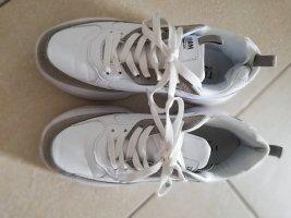 Neuwertige Marken-Sneaker weiß mit grauen Streifen