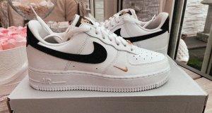 Nike Air Force 1 07 Essential schwarz, gold
