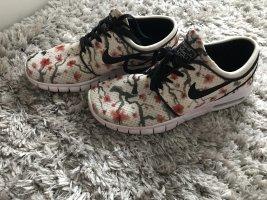Nike Air mit Blumenmuster