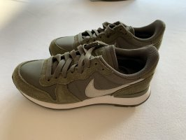 Nike Sneaker mit elegant silbernem Logo