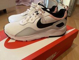 Nike sneaker neu